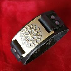 Кожаный браслет Коловрат в солнечных лучах